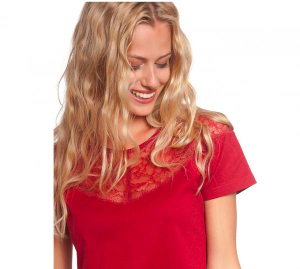 rotes Kurzarmshirt mit Spitzenbesatz, der über die Schultern und das Dekoltee reicht, das Shirt ist weit geschnitten