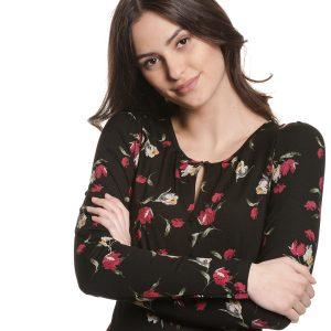 schwarzes Langarmshirt aus Viskose mit Blumenprint in rot und weiß, tropfenförmiger Ausschnitt mit Knöpfen verziert